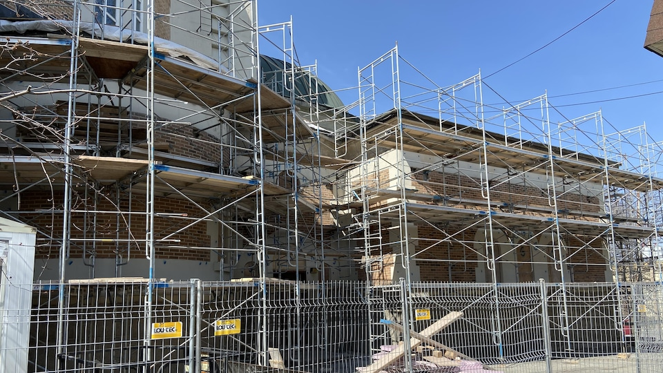 Vue du chantier du côté est de la Cathédrale Sainte-Thérèse-d'Avila d'Amos,