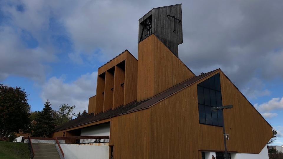 Le bâtiment en bois montre quelques signes d'usure.