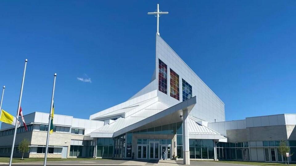 L'entrée de la cathédrale Sainte Famille, à l'architecture moderne.
