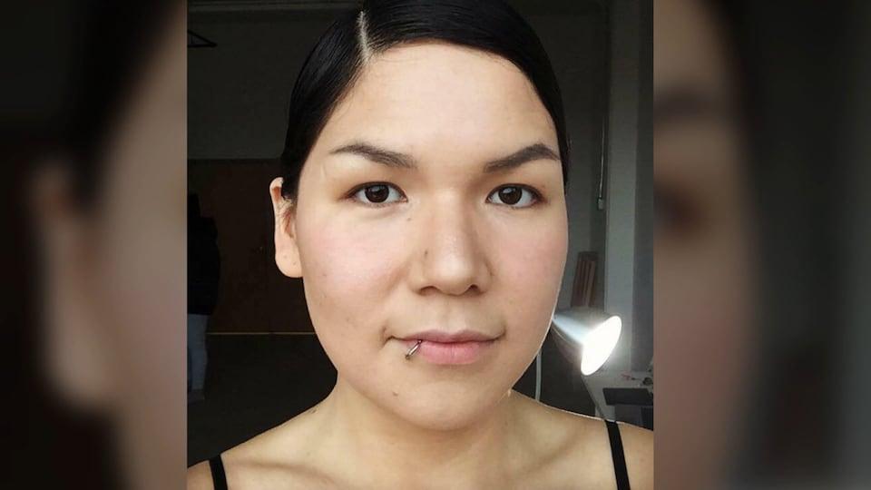 Le visage de la jeune femme.