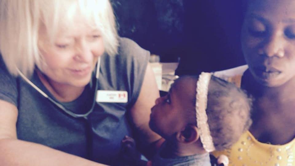Catherine Davies avec une jeune fille haïtienne.