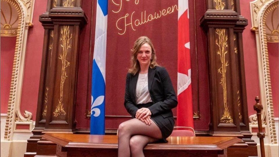 La députée Catherine Dorion pose au Salon rouge.