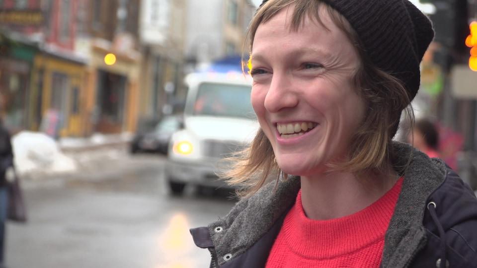 La députée solidaire de Taschereau, Catherine Dorion lors d'une entrevue sur la rue Saint-Jean à Québec en novembre 2018
