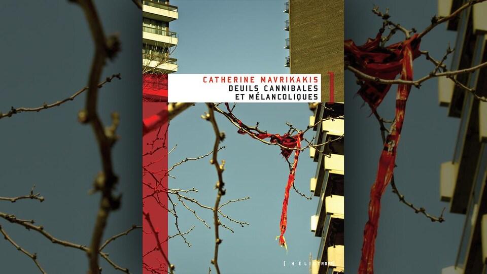 Un ruban rouge est accroché aux branches d'un arbre.