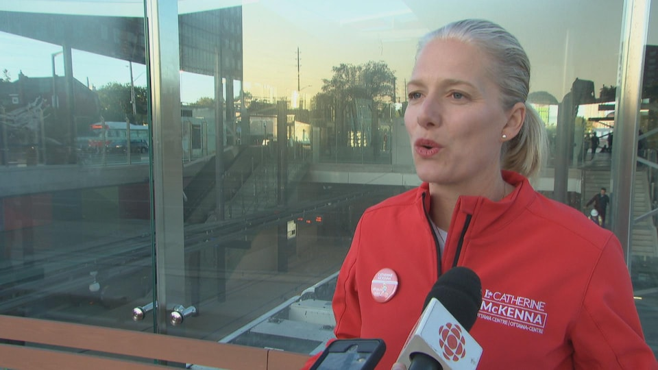 Catherine McKenna en entrevue à Radio-Canada, à l'extérieur.
