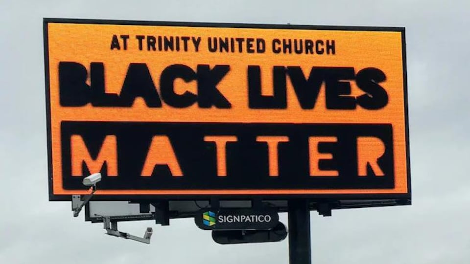 Un panneau-réclame aux couleurs du mouvement Black Lives Matter.