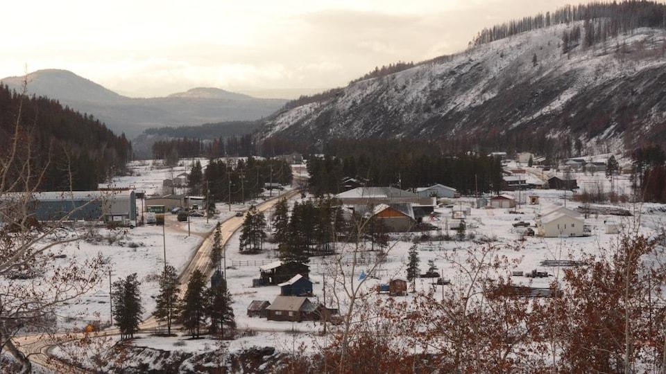 Paysage enneigé du village entre les montagnes.