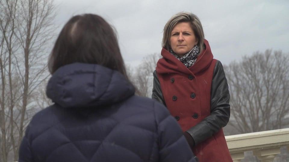 Cécile (nom fictif) accorde une entrevue à la journaliste Marie-Pier Bouchard (de face).