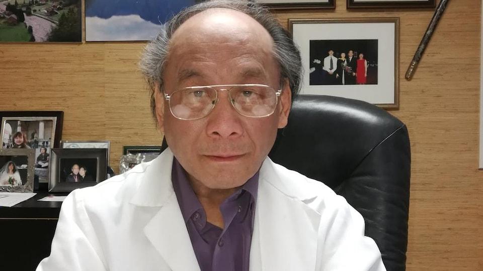 Le président national de l'Association canadienne de médecine chinoise et d'acupuncture Cedric Cheung dans son bureau.