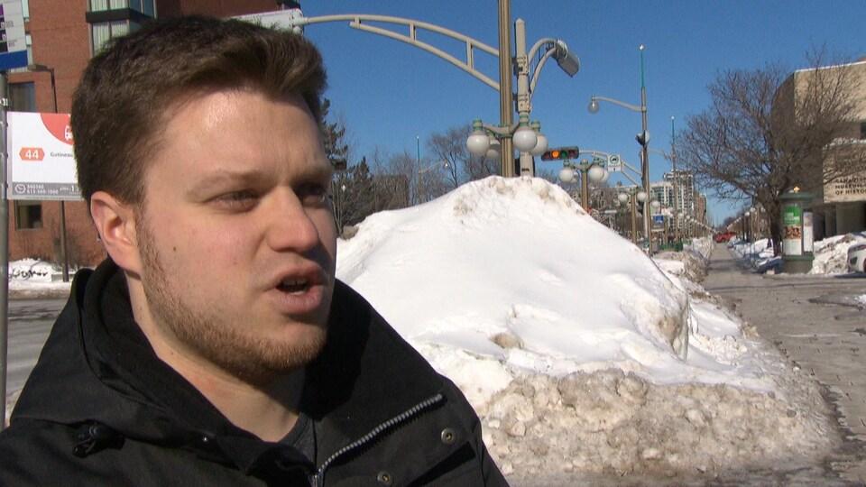 Cédric Tessier en entrevue devant un banc de neige.