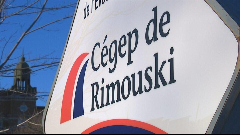 Gros plan de l'enseigne du Cégep de Rimouski