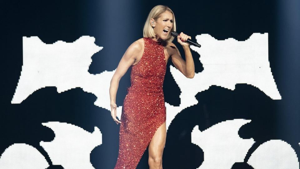 Céline Dion chante sur scène.