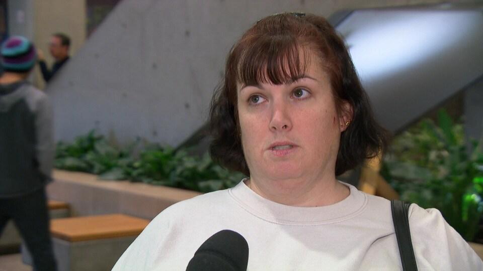Céline Fréchette répond aux questions d'une journaliste au palais de justice de Gatineau.