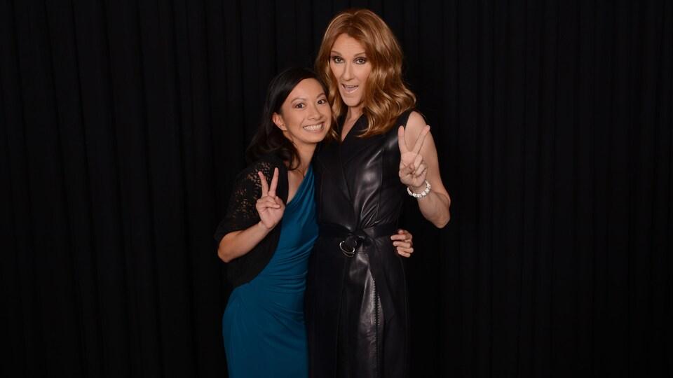Les deux femmes sourient, se tiennent par la taille et font le signe de la paix.