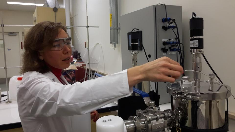 La professeure de génie chimique Céline Vaneeckhaute manipule l'un de ses deux petits réacteurs