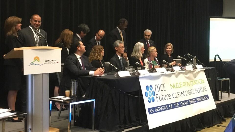Des représentants de divers pays s'affichent devant une banière sur l'innovation nucléaire.