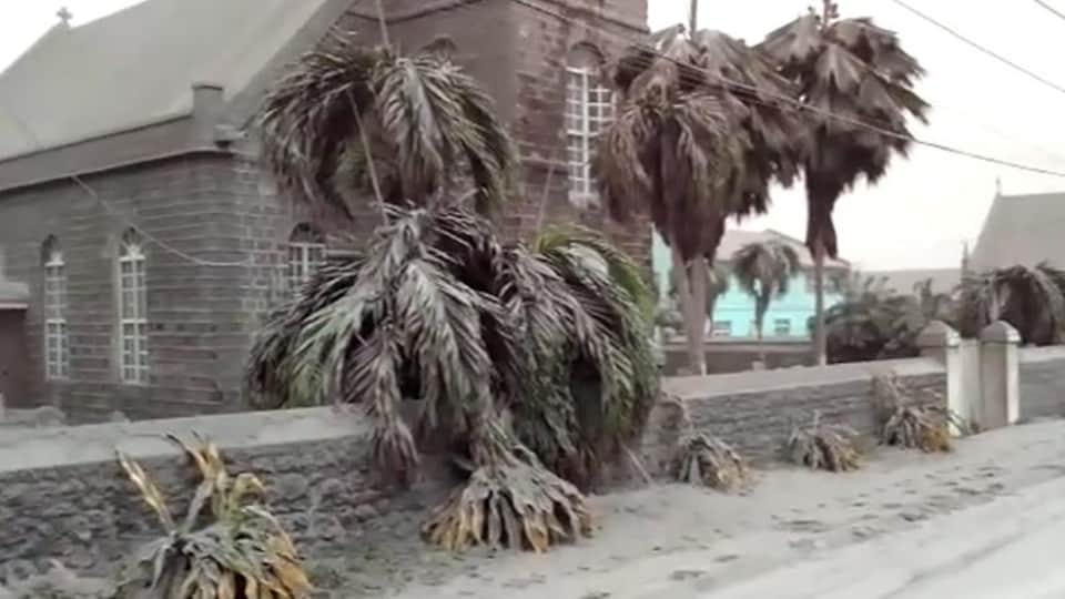 L'île de Saint-Vincent est recouverte d'un épais tapis de cendre.