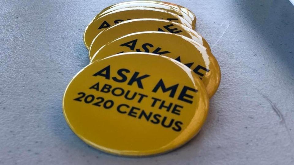 Des macarons demandant aux Américains de remplir le recensement.