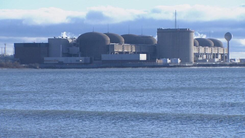 La centrale nucléaire vue du lac Ontario.