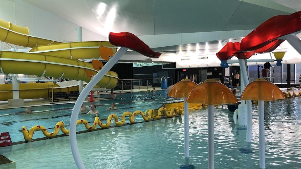 Jeux d'eau dans une piscine intérieure