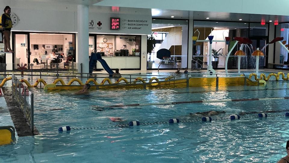 Gens qui font de la natation dans les couloirs.