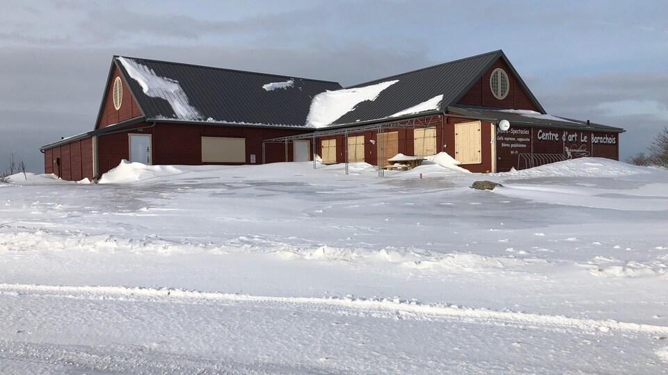 Bâtiment placardé sous la neige.