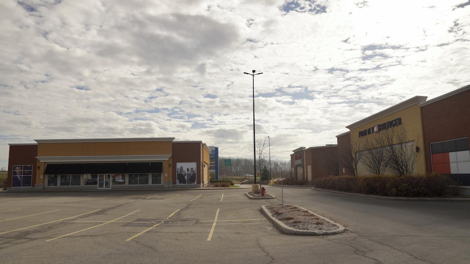 Un stationnement de centre commercial vide.