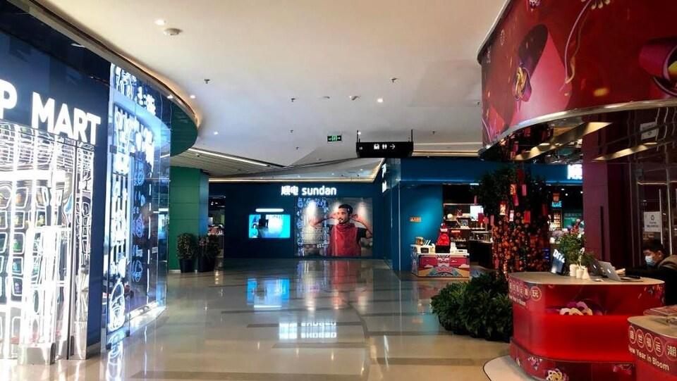 Un centre commercial sans clients.