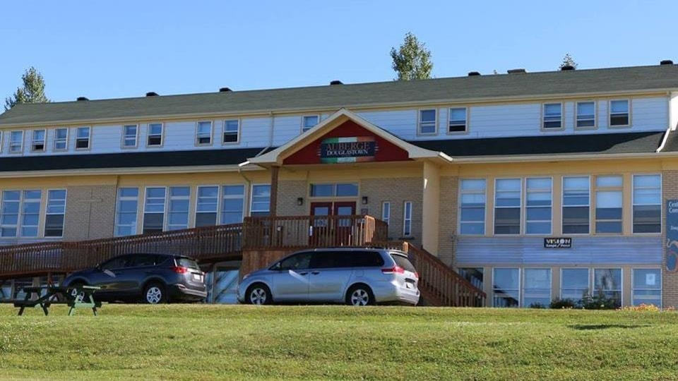 Le centre communautaire Douglas abrite une auberge, un café et plusieurs activités s'y tiennent toutes les semaines.