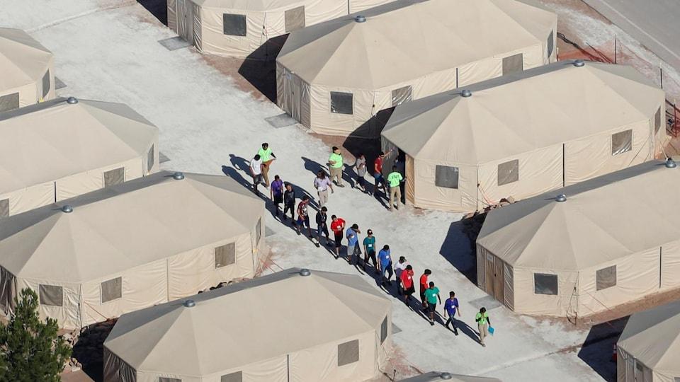 """Les enfants immigrés, dont beaucoup ont été séparés de leurs parents dans le cadre d'une nouvelle politique de """"tolérance zéro"""" de l'administration Trump, sont hébergés dans des tentes à deux pas de la frontière mexicaine à Tornillo, au Texas."""