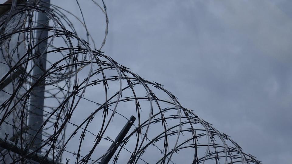 Des barbelés sur la clôture du Centre de détention d'Ottawa-Carleton