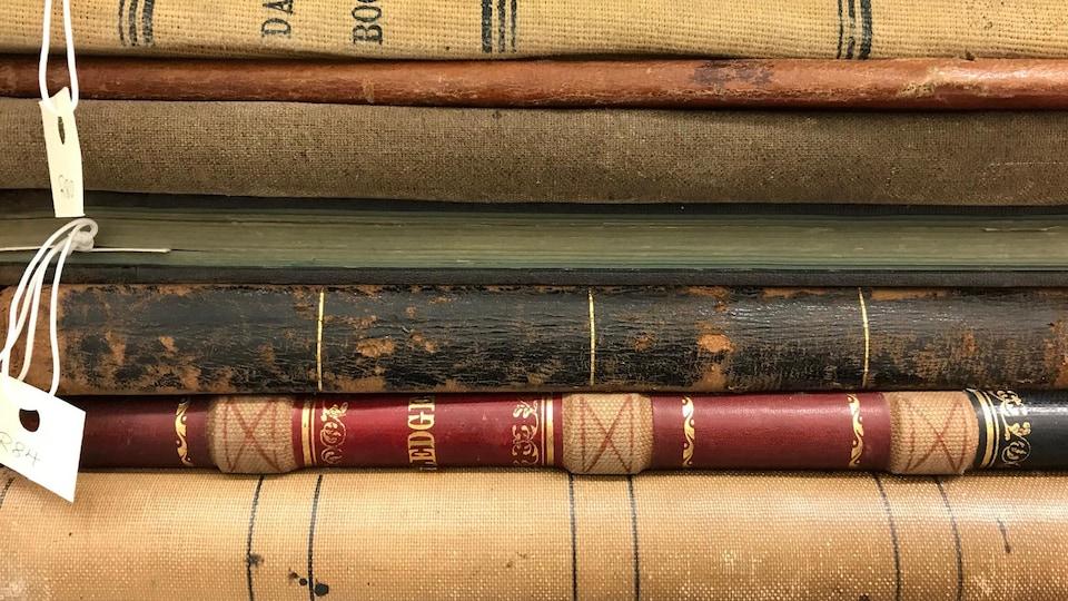 Vieux livres empilés.