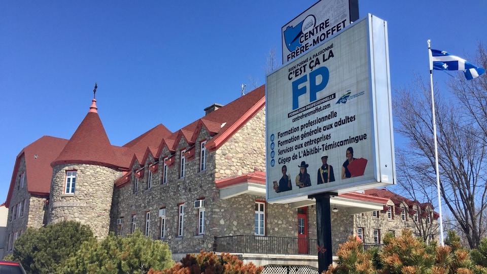 Un bâtiment ancien converti en centre de formation professionnelle.