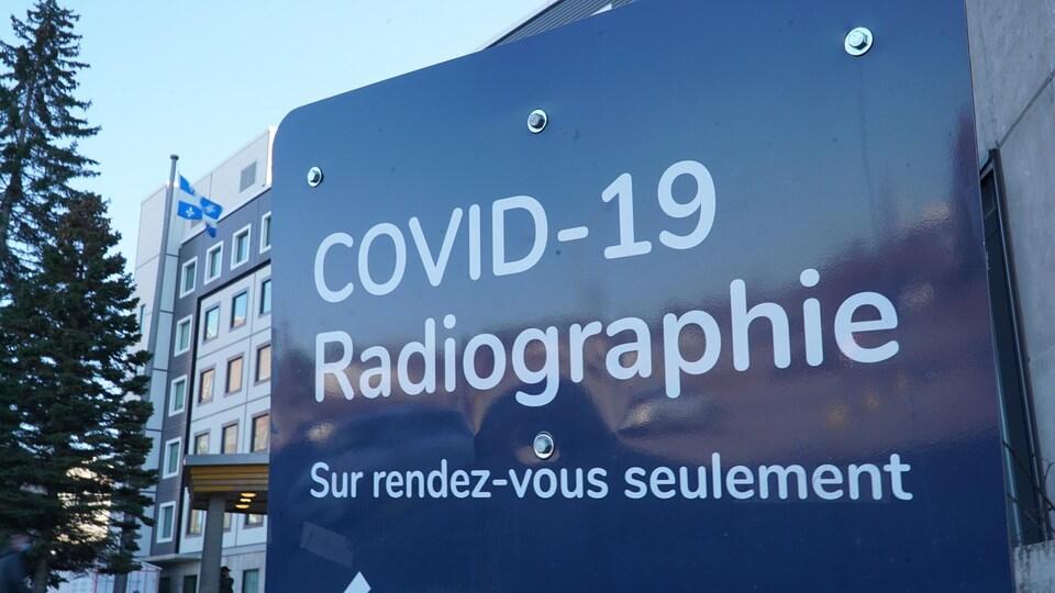 Une affiche indicatrice à l'extérieur de l'hôpital.