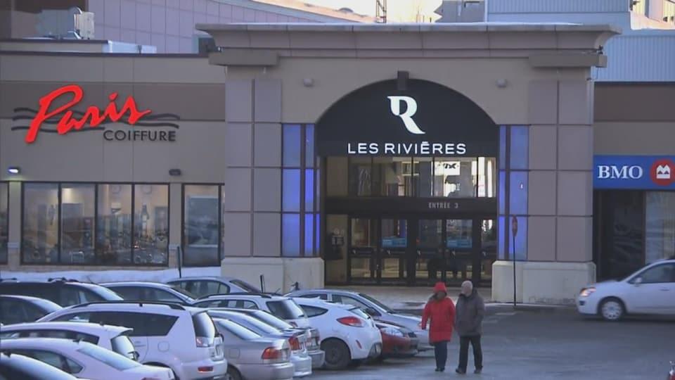 Le stationnement du centre commercial à Trois-Rivières en hiver.