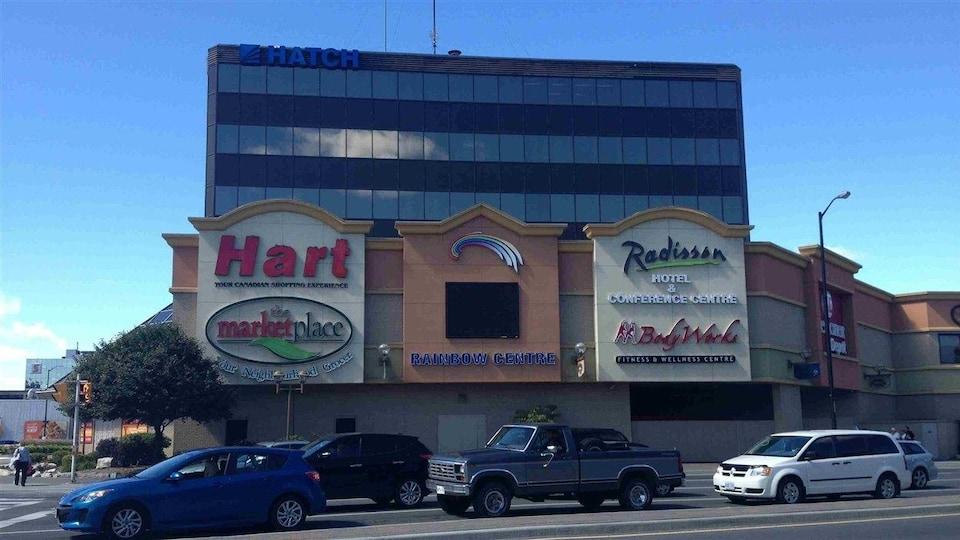 Un centre commercial.