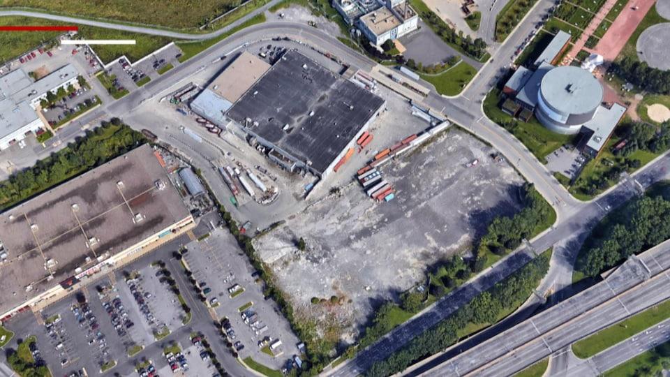Une photo satellite montrant l'absence de matière recyclable autour d'un centre de récupération à Montréal. On y voit le stationnement du bâtiment ainsi que des rues vides.