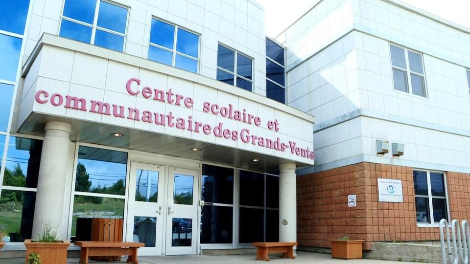 Façade du Centre scolaire et communautaire des Grands-Vents le 28 août 2018.