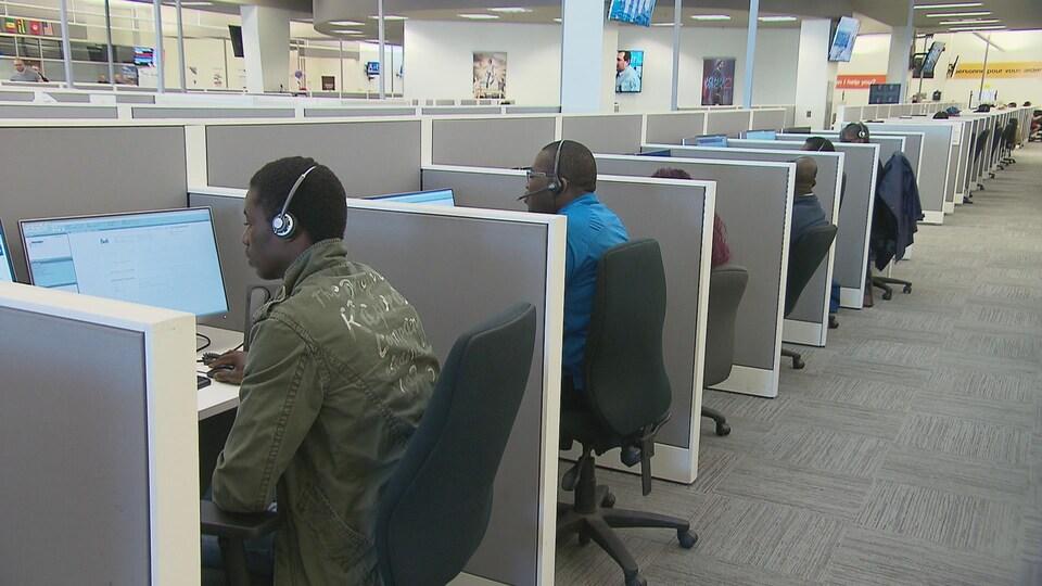 Des employés dans un centre d'appels.