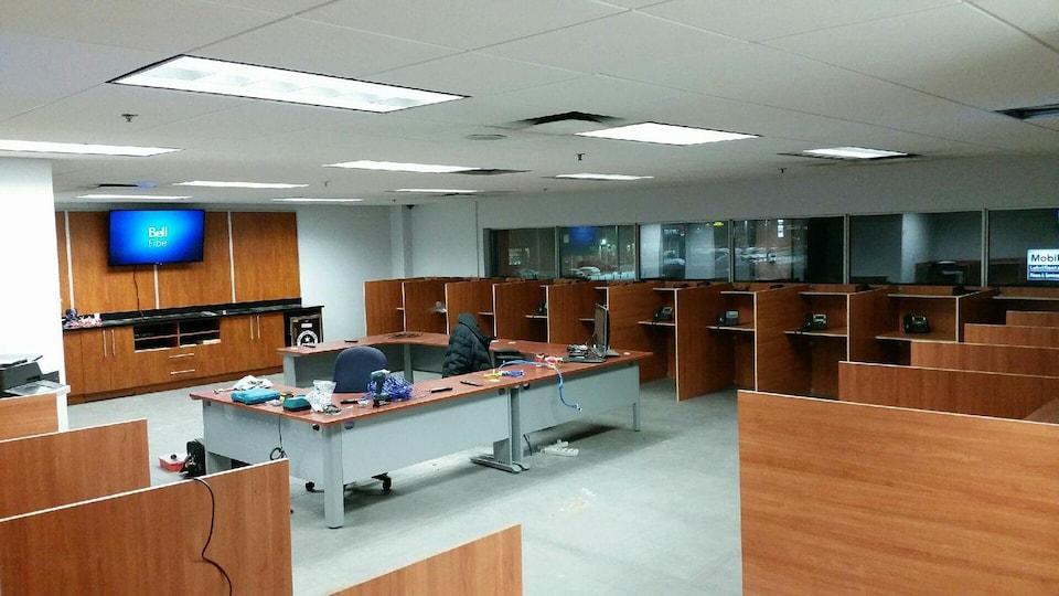 Un grand bureau avec plusieurs stations téléphoniques