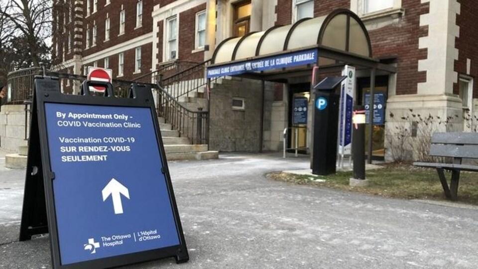 Des affiches ont été placées devant le centre de vaccination de l'Hôpital d'Ottawa.