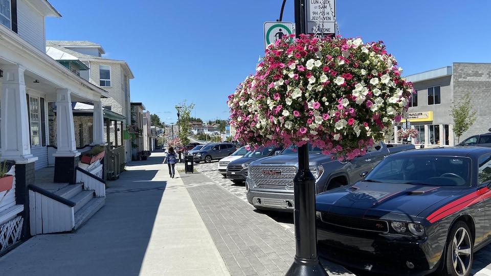 Une femme marche sur le trottoir du centre-ville d'Amos.