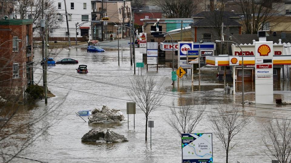 Le centre-ville de Beauceville et plusieurs commerces inondés par l'eau de la rivière Chaudière