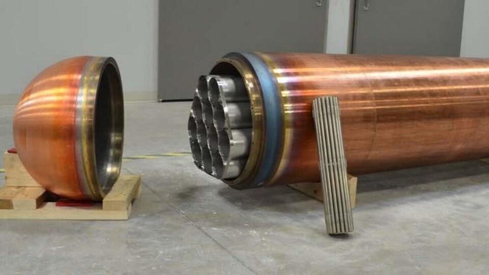 On voit le cercueil de forme cylindrique.