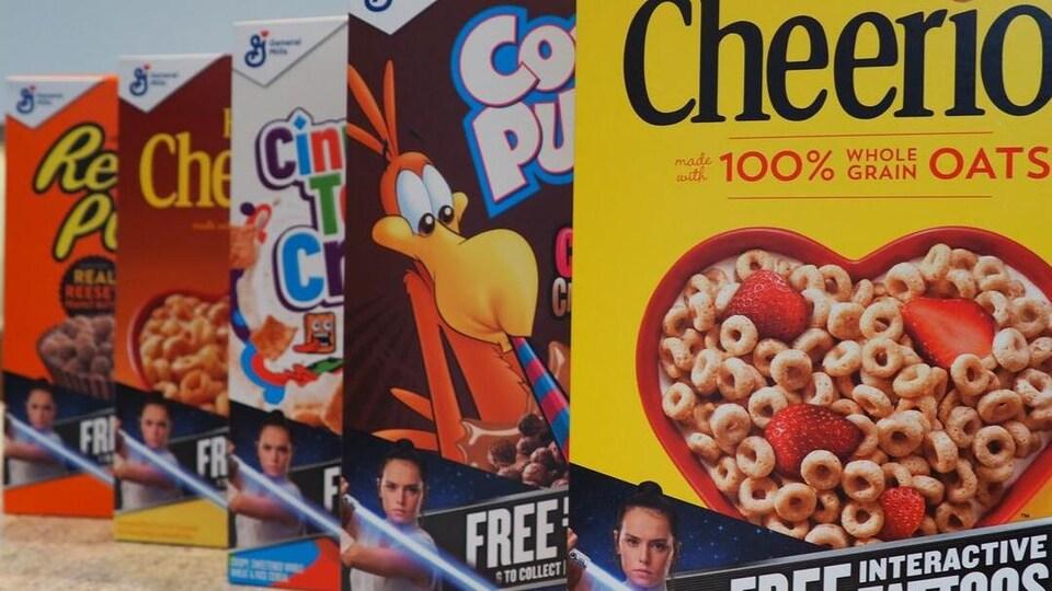 Emballages de céréales sur lesquelles on annonce qu'il y a des tatouages gratuits à l'intérieur de la boîte.