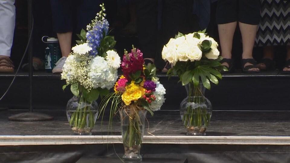 Trois bouquets de fleurs