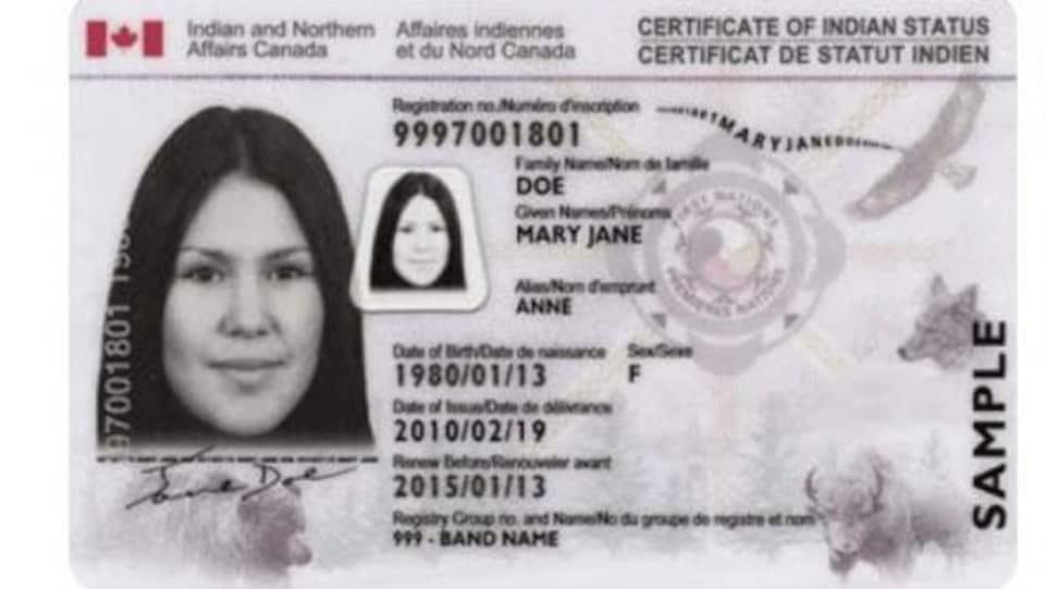Un montage photo des deux cartes montre qu'elles sont semblables. Notamment, elle comporte toutes deux le drapeau du Canada. Sur le certificat de statut d'Indien, il est indiqué « Affaires indiennes et du Nord Canada ». Le certificat de statut autochtone de la Confédération des peuples autochtones du Canada comporte la mention « gouvernement ».