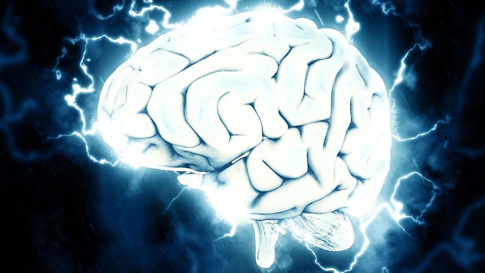 Cerveau humain avec des arcs électriques.
