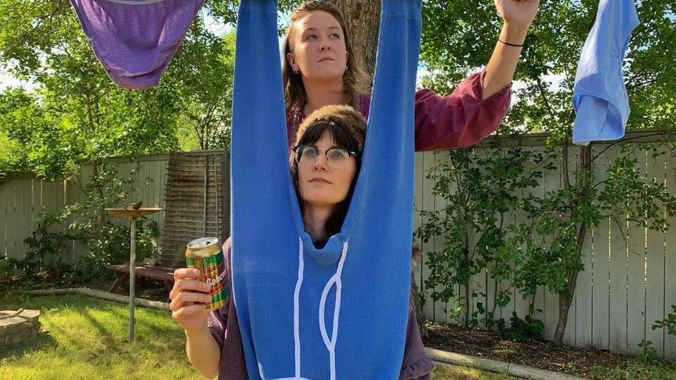 Sylvie Walker et Elizabeth Tkachuk sous une corde à linge dans une cour arrière.