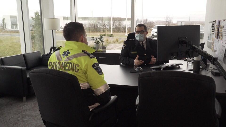 Jérémy Ménard en discussion avec un ambulancier.